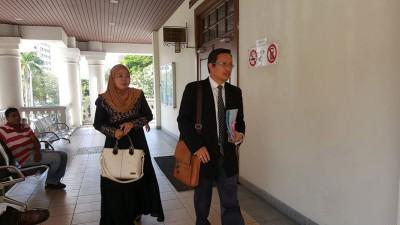 死者几名亲属包括妻子今日为以律师罗斯里之伴随下,前来法庭了解案件进行。