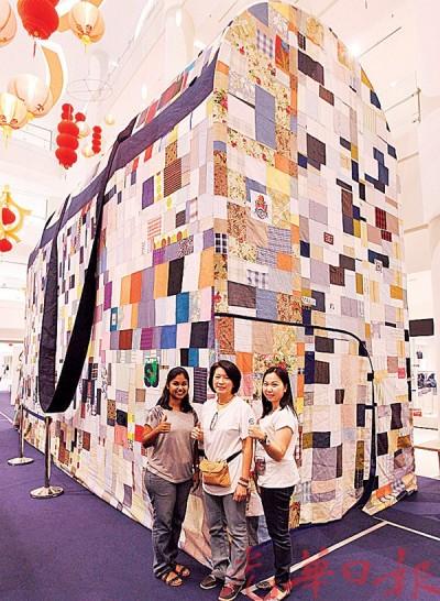 世界最大手提包「登陆」山城,即日起至本月28日在怡保百利广场展出。 左起为乌达雅珊葛丽、谢月明及陈芊卉。