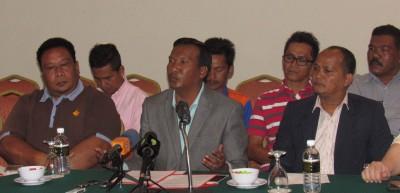 来自北海的纺织业厂家拿督祖莱迪(中)代表15家厂家举行记者会,呼吁政府重新考虑引进外劳。