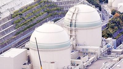 高浜核电站四号机组(右)的冷却系统水管泄漏含辐射性污水。