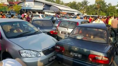 鲁莽司机撞毁18辆停泊在道路两旁的轿车及4辆摩托车。