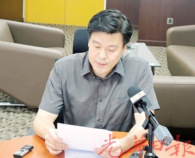 被革除槟州政府官联公司董事职位的谢嘉平向媒体发表谈话。