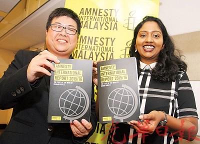 李季雯(左)与莎米妮颁发《2015年-2016年国际特赦组织报告》。