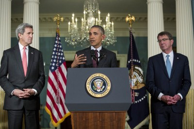 欧巴马就叙利亚和IS课题发表声明。左右分别为国务卿克里与国防部长卡特。(法新社照片)