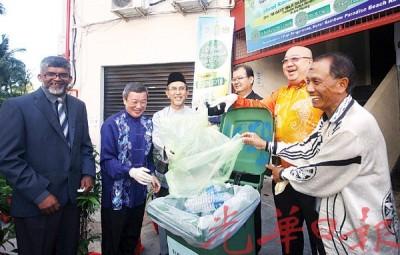槟州源头垃圾分类试跑计划推行,左起槟岛市政厅城市服务局主任姆峇拉、槟城RAINBOW PARADISE酒店总经理郭真美、槟州第一副首席部长拿督拉昔、槟州秘书署固体废料处理小组主任温乃坤、马来西亚酒店公会槟州分会主席邱武林、RAINBOW PARADISE酒店公关赛纳峇里逊。