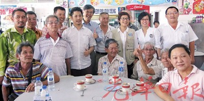 公正党在咖啡店办政治讲座,与民众拉近距离,后左1为占比里、左5起魏晓隆与蔡添强,后右2起林秀凌与黄洁冰。
