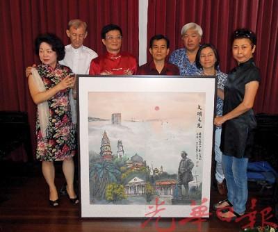 """范秉寅落居槟岛5年,创作了一幅槟岛建筑地标及名胜地的""""文明之光""""水墨画。"""