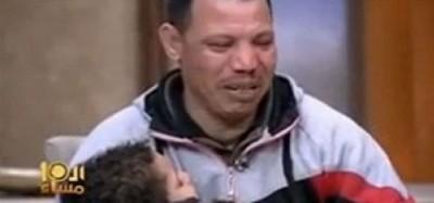 沙拉拉抱着儿子,寻求当局放过两父子。