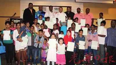 达祖移交报生纸给小童。