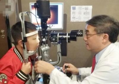 林顺潮为小硕检查视力。