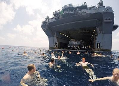 海军在舰旁畅游,场面震撼。