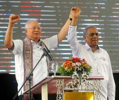 纳吉(左)举起阿德南的手,希望得到砂子民的强大委托。