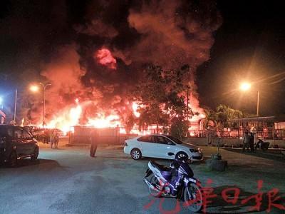 火魔入夜叩访轮胎店。