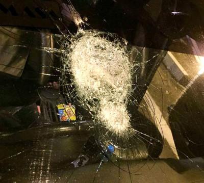 车镜破碎,所幸司机及乘客逃出劫数。