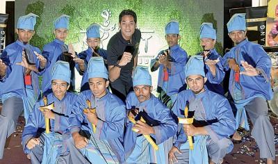 凯里(立者中)也马来武术节目主持推介后,以及参演的马来武术学生摆架,气势十足。