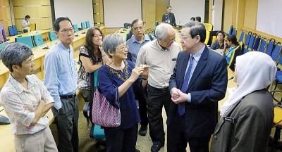 林冠英(右2)在对话结束后,上前与槟城论坛督导委员会成员谈话。右一为芭堤雅。