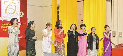 林秀琴(右4)率妇女组州委高唱《Ubah》。