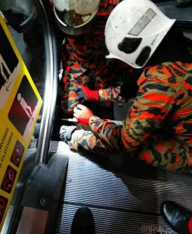 男童左脚脚掌遭夹断,消拯员帮忙寻找断脚掌。