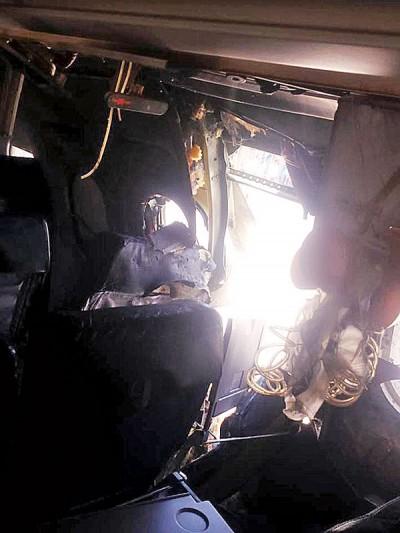 涉事客机在出爆裂后,机身被炸出大洞,重损毁,一部分氧气罩更少下。(新华社照片)
