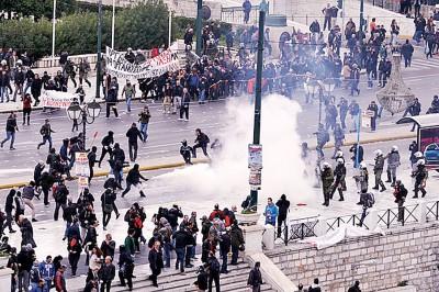 警官施放催泪弹控制场面。