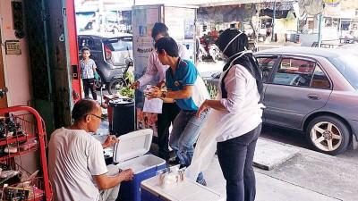 卫生局官员查相饮用水贩卖机的结构。