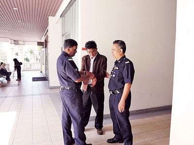 林荣洲(倍受)鉴于少数名庭警带去推事庭。