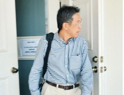 被告蔡明雄(译音)败诉后,匆忙步出法庭。