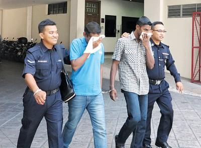 两名庭警带离达玛(左3)和奥里威办理释放手续。