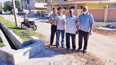 陈顺业市议员(左2)和拉兹(左3)一起巡视移离沟渠墩工程,左为珠宝村长刘大九,右为珠宝10英里路村委会委员阿斯拉夫。