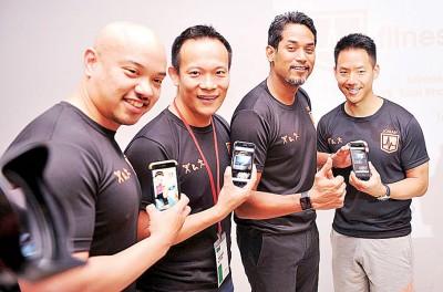 """邓志恩、陈振福、凯里及伍安临推介""""Fitness In My Pocket""""手机应用程序。"""