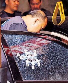 凶徒是在车子右侧枪杀死者。