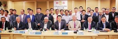 中总代表与54个工商团体代表,一起反对调涨外劳人头税;前排右3起为张昌国丶中总总秘书拿督卢成全及戴良业。