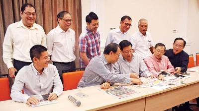 署理会长杨翼图(左2起)与祝友成等翻阅报章报导,跟进外劳人头税「暴涨」新闻。