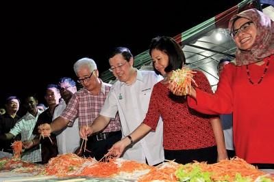 大会捞生仪式右起麦姆娜、周玉清、林冠英、彭文宝及丹纳。