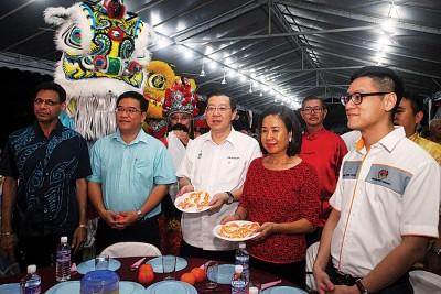 左起槟州市议员哈宾达星、亚依淡州议员黄汉伟、槟首长林冠英、夫人周玉清和升旗山国会议员再里尔均有出席。