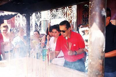黄荣盛在刘俐鋗等人陪同下到观音亭上香拜拜。