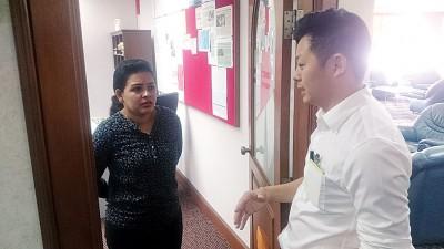 卢界燊(右)在前往光大52楼拉玛沙米办公室时碰巧对方不在办公室内,因此卢界燊向拉玛沙米助理反应其来由。