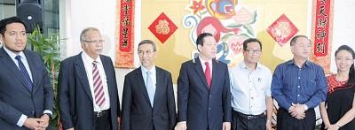 参加嘉宾左起阿菲夫行政议员、槟第二副主任拉玛沙米、先是副主任拿督拉昔、林冠英、槟州发展机构总经理拿督罗斯里、罗兴强行政议员、萧艺娟。
