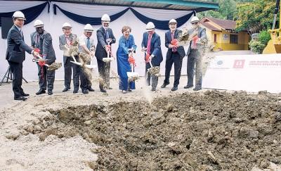 洁蒂(右4)也亚洲商业学院主持动土仪式。
