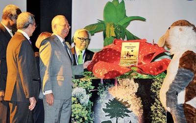 """纳吉(左3)也""""超过政府生物多样性和生态系服务平台(IPBES)""""主办开幕礼,左2也繁荣朱乃迪。"""