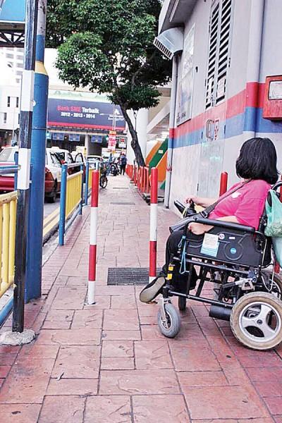 光大之志筑起的铁柱,针对残疾人士造成多不便。