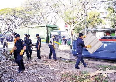 雄风省市政局于诗布朗还拆除违建建筑。