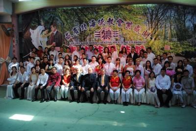 31对有情人集体注册结婚,与吴清辉、曾文忠、陈坤河等合影。