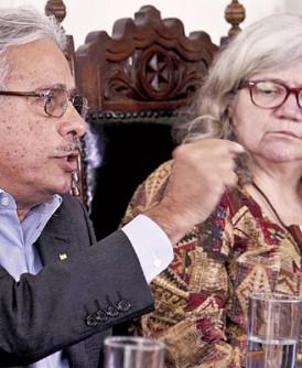 基金会主席加德哈(左)建议孕妇避免与固定伴侣之外的人接吻。右为伯纳杜。