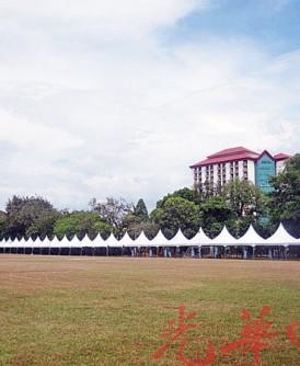 由Instant公司负责搭建的帐篷设置已完成,准备就绪迎接嘉年华会。