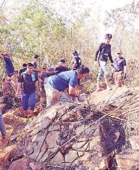 民众随同消拯员步行进入森林进行灌救工作。