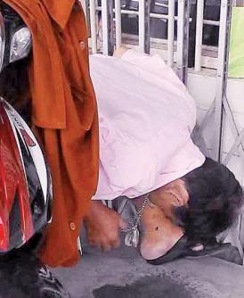 死者突然不舒服,坐在摩托车旁的椅子上,就这样暴毙走了。