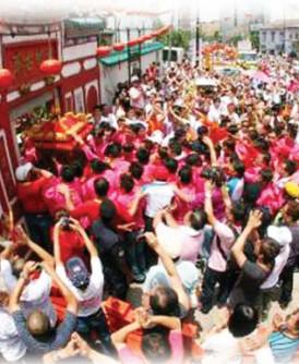 柔佛古庙游神是年度重头活动,吸引数以万计民众出席。