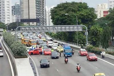 中央高速公路周五早发生涉及8辆轿车与一辆摩托的连环车祸,其中两人送院。