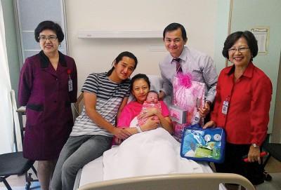 """陈永泰夫妇喜获""""229""""麟儿,新世纪医院高层送上祝福。"""